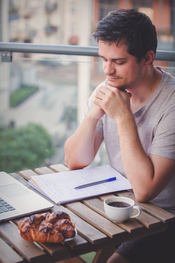 Hübscher junger Manager, der an Laptop arbeitet lizenzfreie stockbilder