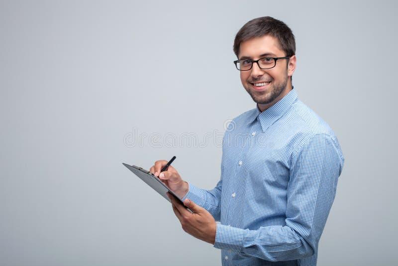 Hübscher junger Mann arbeitet mit Aufmerksamkeit stockbilder