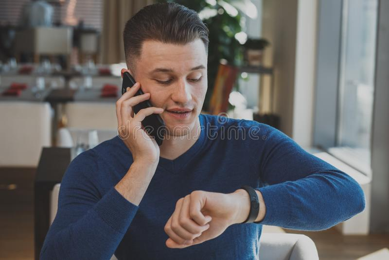 Hübscher junger Mann, der am Café frühstückt lizenzfreie stockfotos