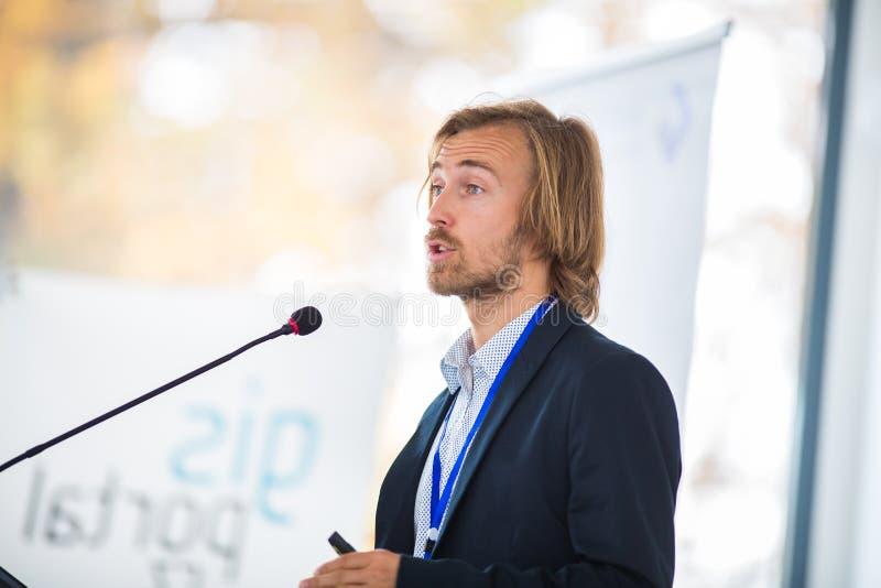 Hübscher junger Mann, der eine Rede gibt stockfoto