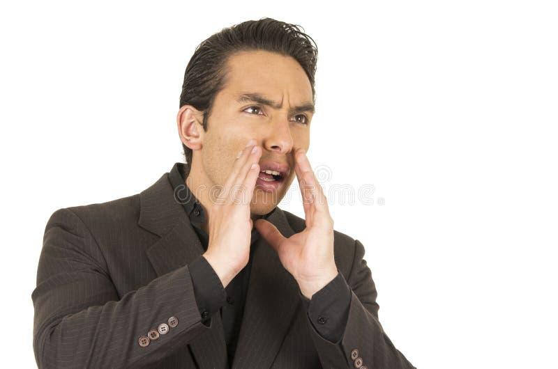 Hübscher junger Mann, der einen Anzug aufwirft das Schreien trägt lizenzfreies stockfoto
