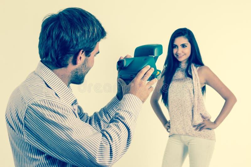 Hübscher junger Mann, der Fotos des schönen Mädchens macht lizenzfreies stockbild