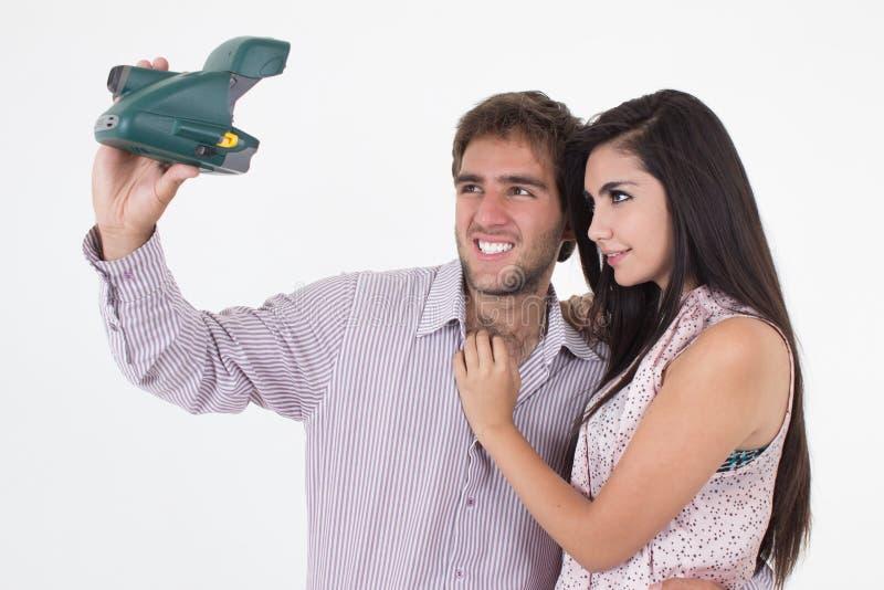 Hübscher junger Mann, der Fotos des schönen Mädchens macht lizenzfreie stockfotografie