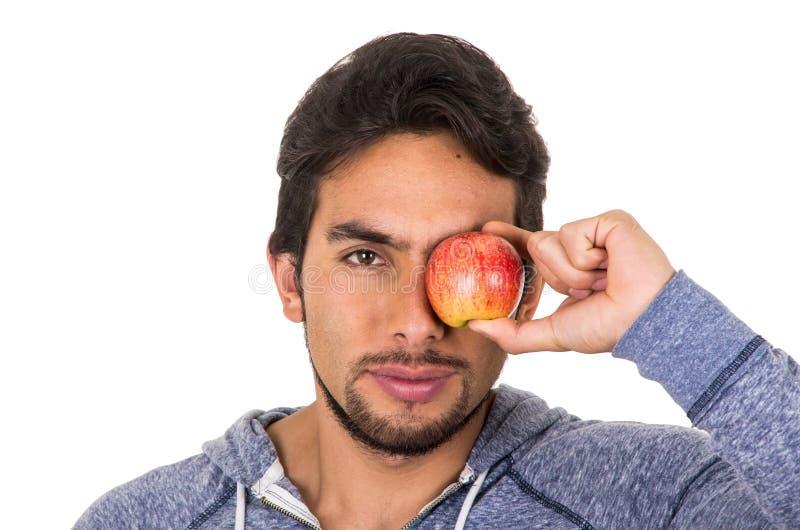 Hübscher junger Mann, der roten Apfel hält stockfotos