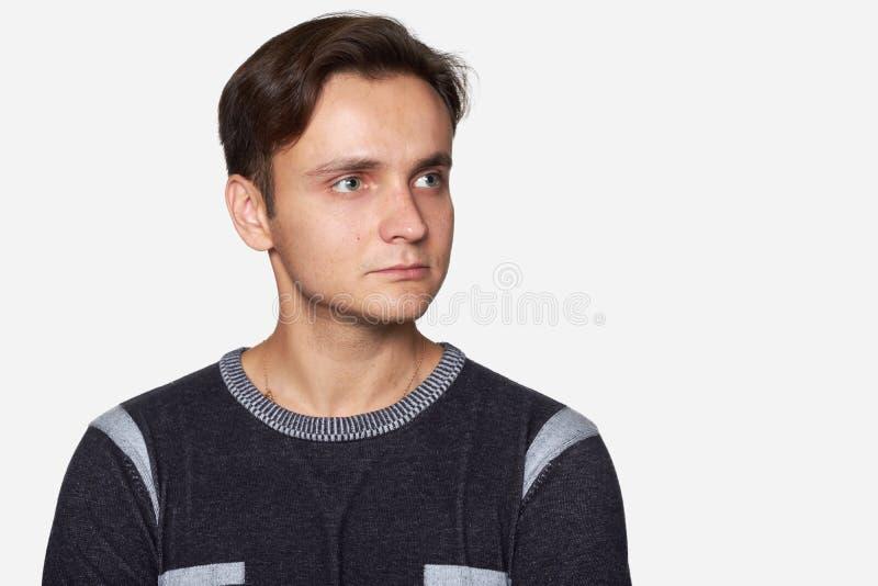 Hübscher junger Mann, der weg schaut Getrennt lizenzfreie stockbilder