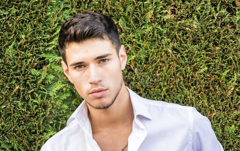 Hübscher junger Mann im eleganten Anzug stockfotos