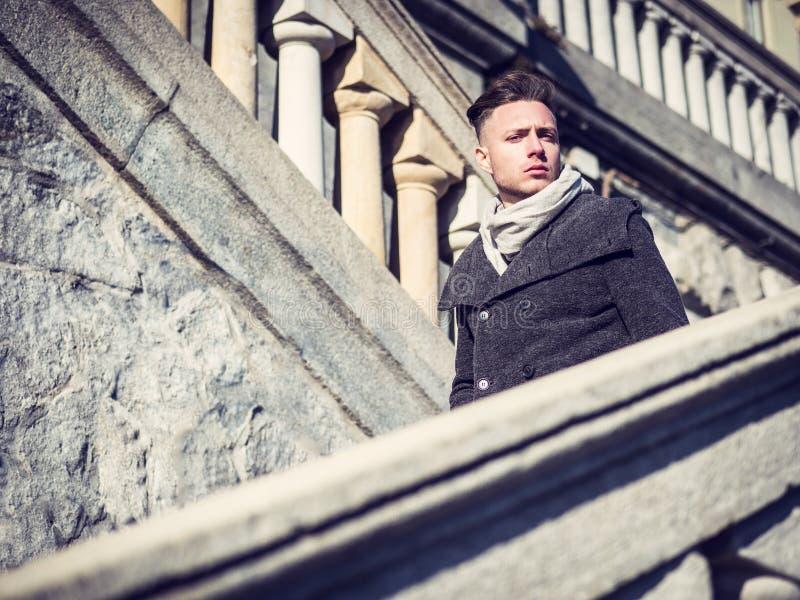 Hübscher junger Mann im Freien auf Wintermode lizenzfreies stockbild