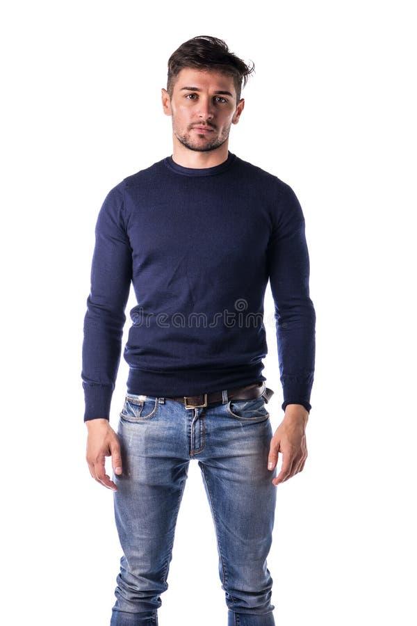 Hübscher junger Mann mit blauem Pullover stockbild