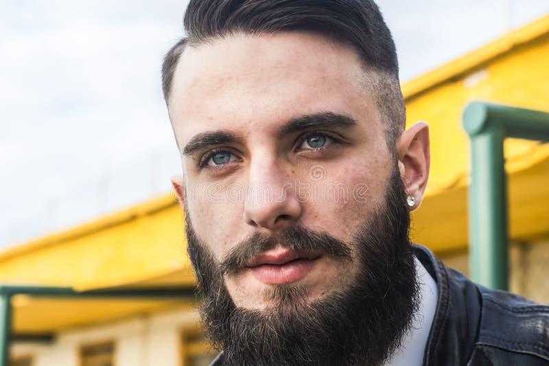 Hübscher Junger Mann Mit Blauen Augen Stockfoto - Bild von