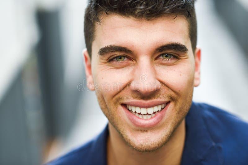 Hübscher Junger Mann Mit Den Blauen Augen, Die Nahe Einer