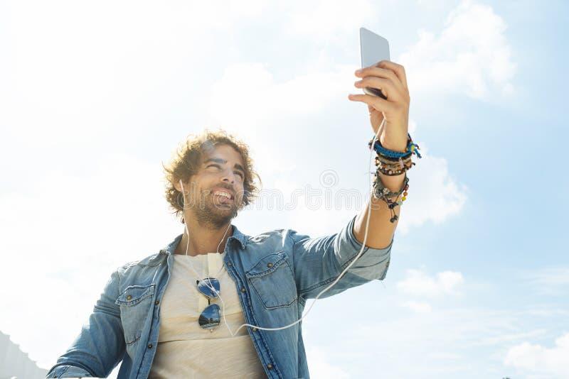 Hübscher junger Mann nehmen ein Bild selfie lizenzfreie stockfotografie