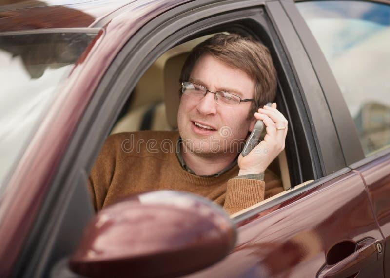 Unterhaltung am Telefon und Fahren stockfotos