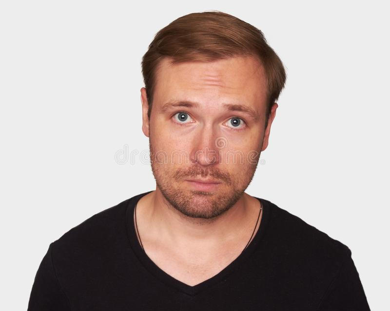 Hübscher junger Mann trägt schwarzes T-Shirt stockbild