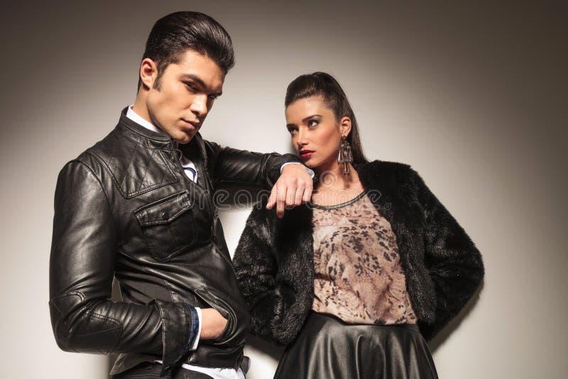 Hübscher junger Modemann, der auf seiner Liebhaberschulter sich lehnt stockbilder