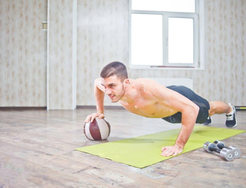 Hübscher junger muskulöser Sportler lizenzfreies stockbild