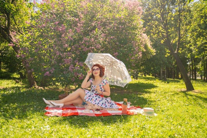Hübscher junger Stift herauf das Mädchen, das Rest auf der Natur hat glückliches dünnes tragendes Weinlesekleid der jungen Frau,  lizenzfreies stockbild
