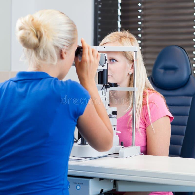 Hübscher, junger weiblicher Patient lizenzfreie stockbilder