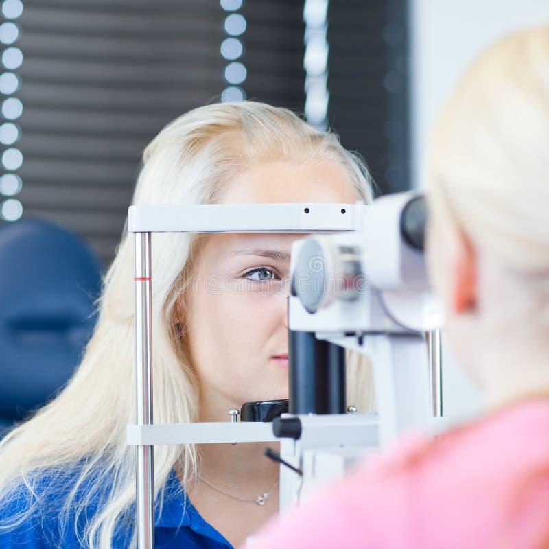 Hübscher, junger weiblicher Patient lizenzfreie stockfotos