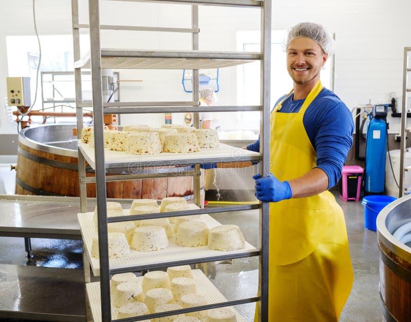 Hübscher Käsehersteller, der Quark in seiner Fabrik macht lizenzfreies stockfoto