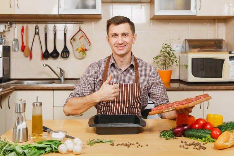 Hübscher kaukasischer junger Mann, bei Tisch sitzend Gesunder Lebensstil Zu Hause kochen Bereiten Sie Nahrung zu stockfotos