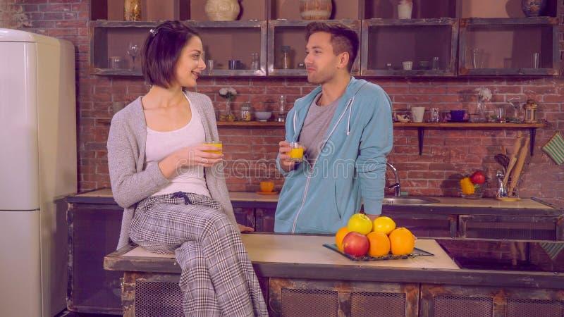 Hübscher Kerl gekleidet im blauen Hoodie, der auf Freundin mit L schaut lizenzfreies stockfoto