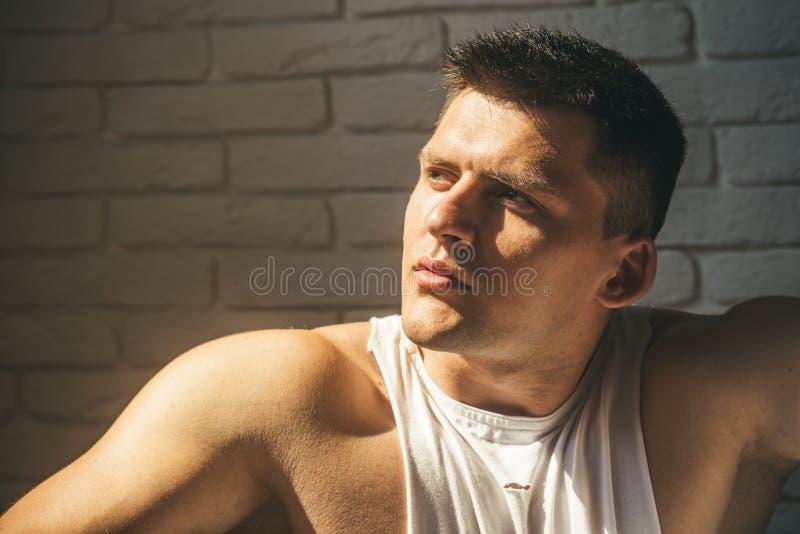 Hübscher Kerl mit gesunder Haut Mann mit jungem Gesicht Macho mit dem kurzen Haar oder Haarschnitt Jugendskincare und -c$pflegen lizenzfreie stockfotos