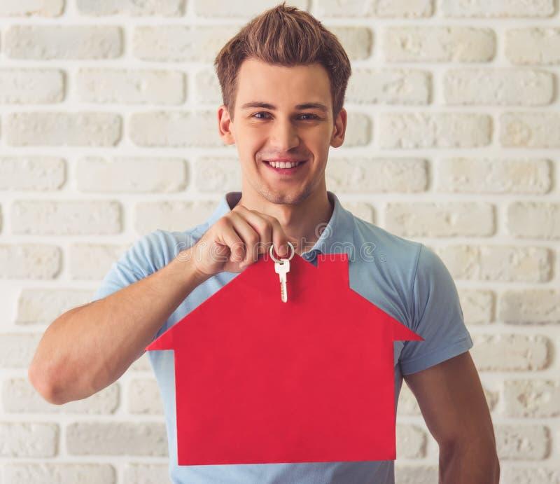 Hübscher Kerl mit Schlüsseln stockbilder