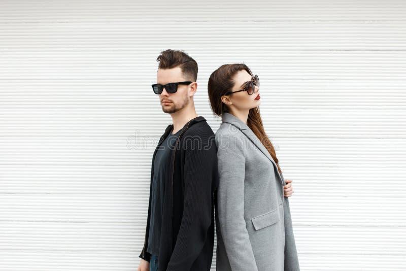 Hübscher Kerl und schönes Mädchen in der stilvollen Kleidungsaufstellung lizenzfreie stockfotos