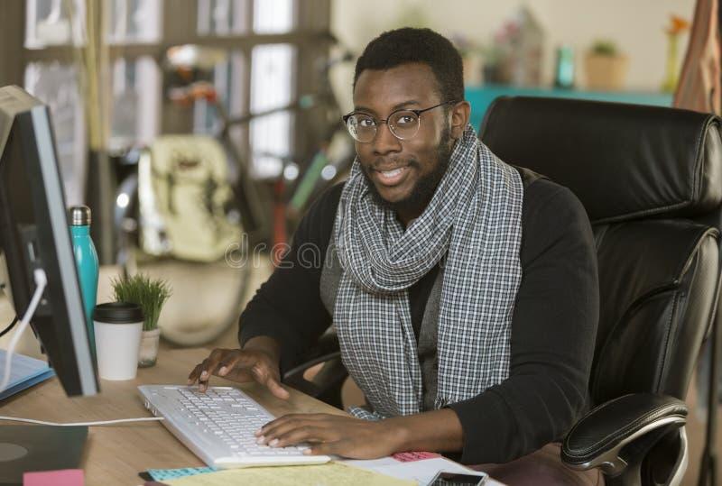 Hübscher kreativer Geschäftsmann in einem Büro an der Tastatur stockfoto