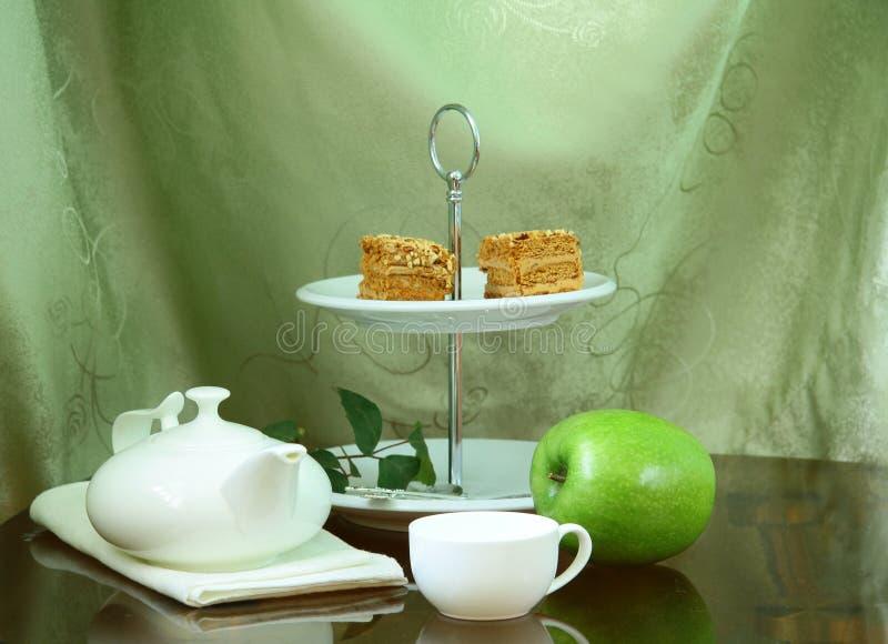 Hübscher Kuchenstandplatz mit elegantem Teeset lizenzfreies stockbild