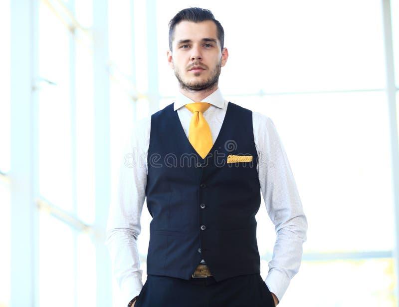Hübscher lächelnder überzeugter Geschäftsmann stockfotos
