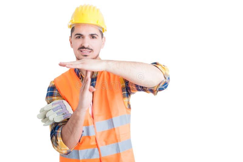Hübscher lächelnder Ingenieur, der eine TIMEOUTgeste mit den Händen macht stockfotografie