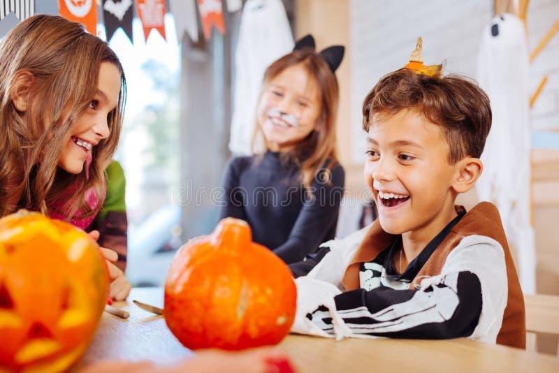 Hübscher lächelnder Schüler, der skeleton Kostüm für Halloween-Partei trägt stockbilder