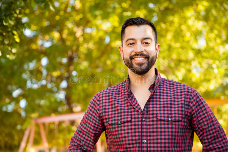 Hübscher lateinischer junger Mann lizenzfreies stockfoto