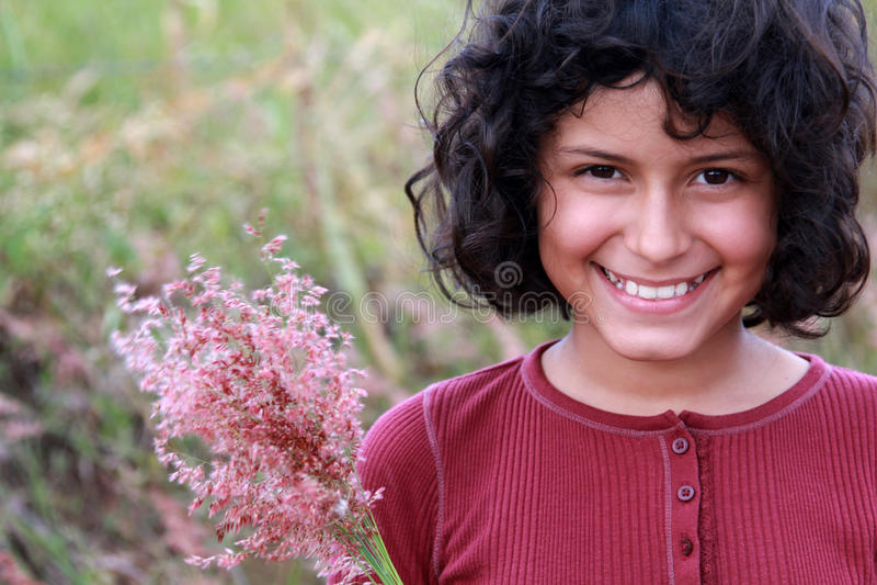 Hübscher Latina mit Blumen lizenzfreies stockbild
