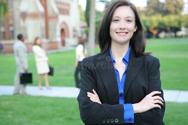Hübscher Lehrer auf Campus lizenzfreies stockfoto