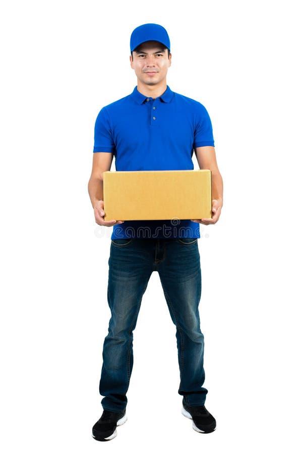 Hübscher Lieferer, der Paketkasten hält lizenzfreie stockbilder