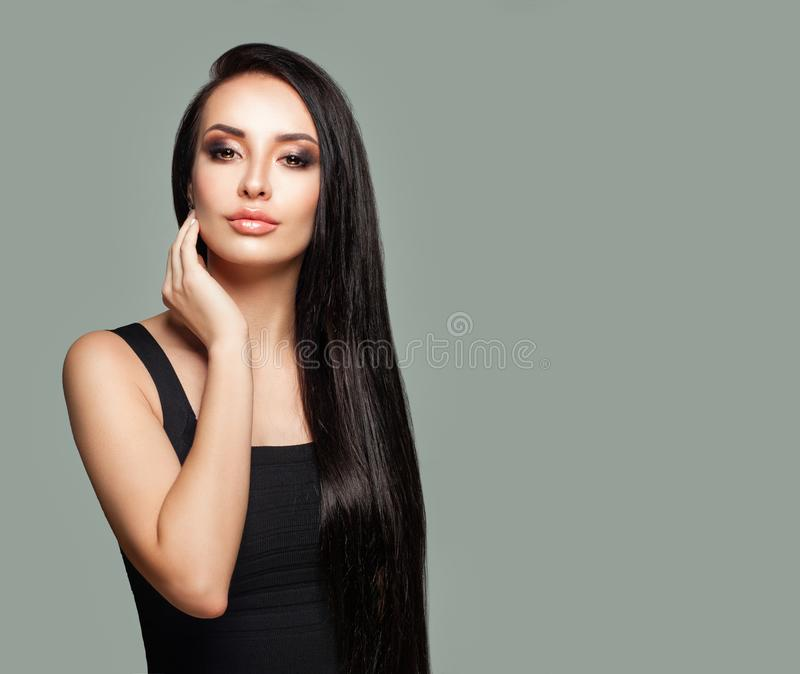 Hübscher Mädchen Brunette, Mode-Porträt auf Grau lizenzfreie stockbilder