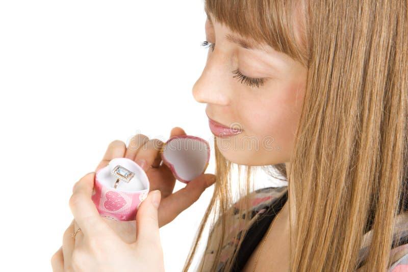 Hübscher Mädchenblick zum Schmucksachering stockfotos