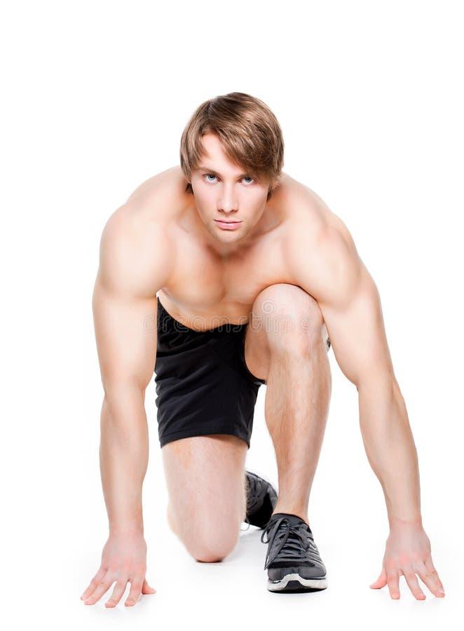 Hübscher männlicher Athlet bereit zu laufen lizenzfreie stockfotos