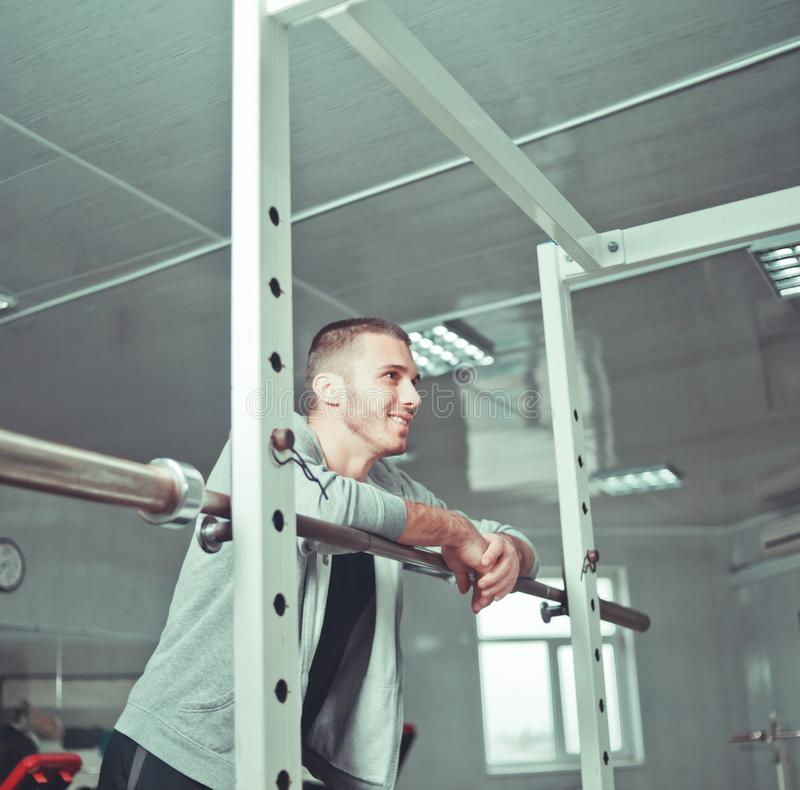 Hübscher männlicher Athlet lizenzfreie stockbilder