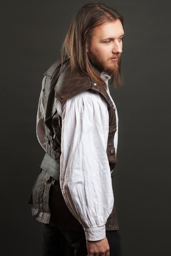 Hübscher männlicher Dampfpunk in einem Retro- Mannporträt der ledernen Weste über grauem Hintergrund lizenzfreie stockfotos
