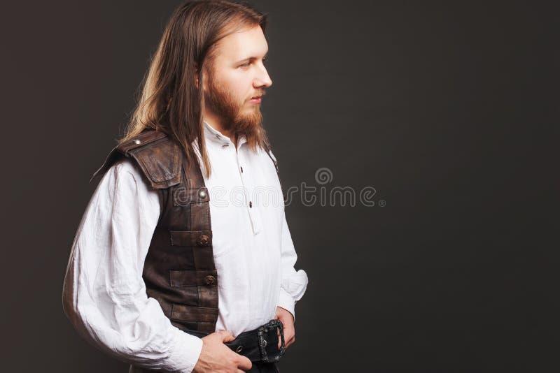 Hübscher männlicher Dampfpunk in einem Retro- Mannporträt der ledernen Weste über grauem Hintergrund stockbilder