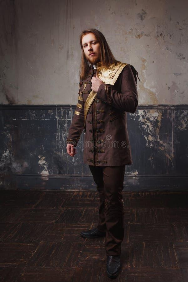 Hübscher männlicher Dampfpunk Retro- Mann in der Uniform, Porträt über Schmutzhintergrund lizenzfreies stockfoto