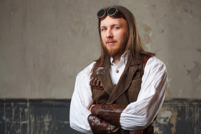 Hübscher männlicher Dampfpunk Retro- Mannporträt über Schmutzhintergrund stockfoto