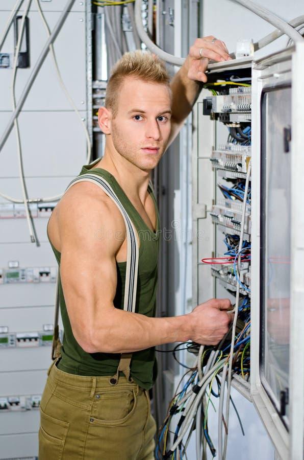 Hübscher Männlicher Elektriker Vor Machtgremium Stockfoto - Bild von ...