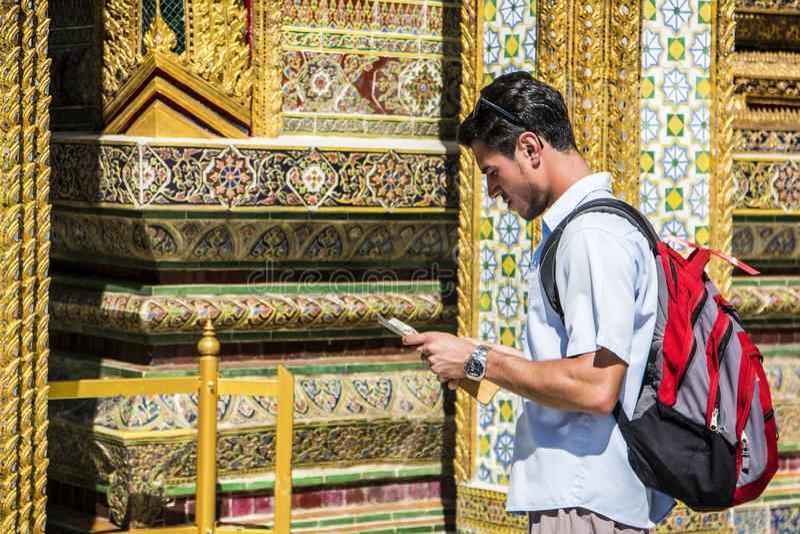 Hübscher männlicher Tourist im großartigen Palast, Bangkok lizenzfreies stockbild