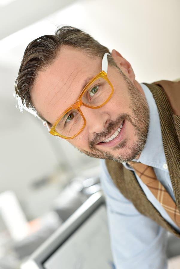 Hübscher Mann von mittlerem Alter, der stilvolle Brillen trägt stockfotos