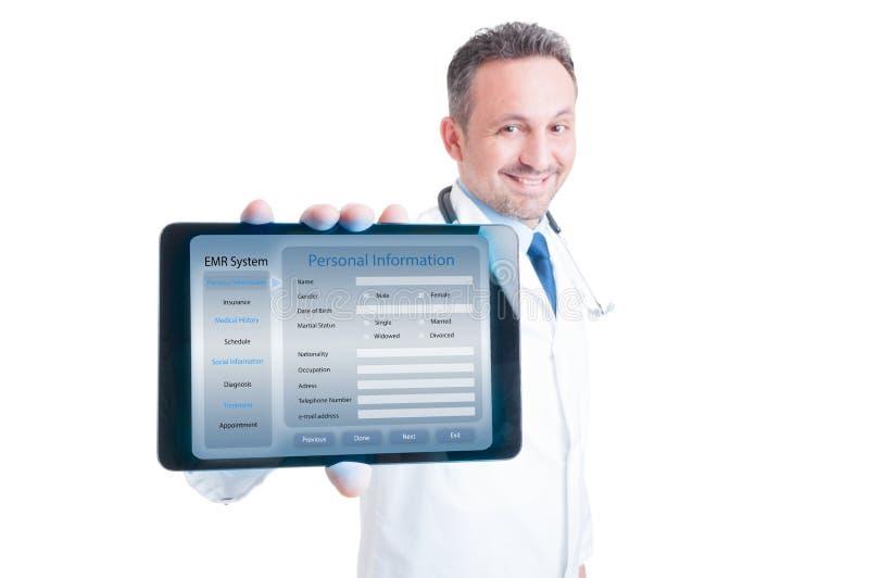 Hübscher Mediziner, der moderne Tablette in den Händen hält lizenzfreies stockbild
