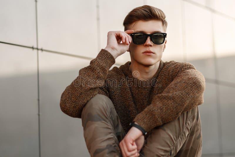 Hübscher moderner junger Mann in der Sonnenbrille lizenzfreie stockfotos